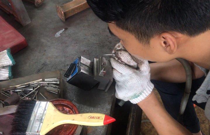 专业细心的修模技术人员-2